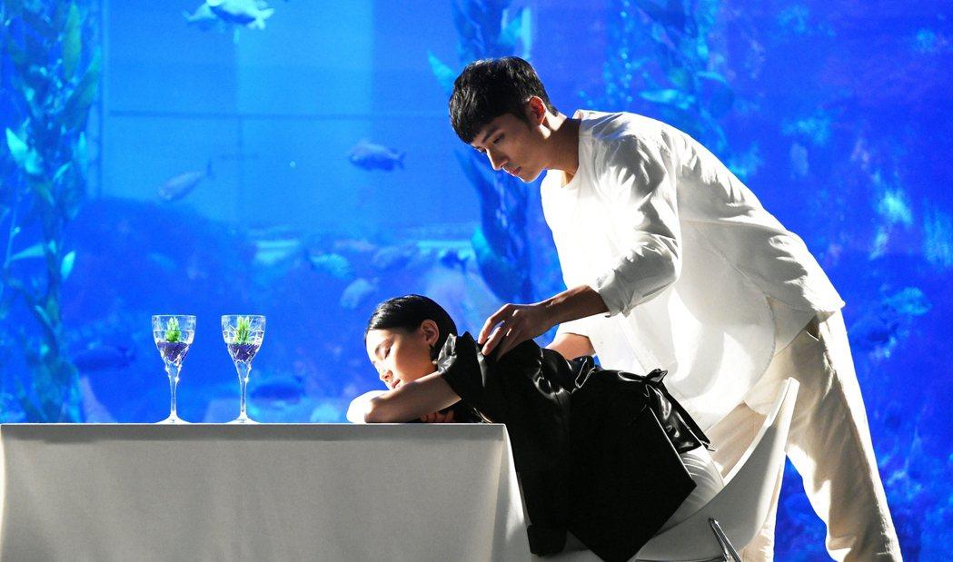 李運慶(右)在「跟鯊魚接吻」中演工具人。圖╱三立提供