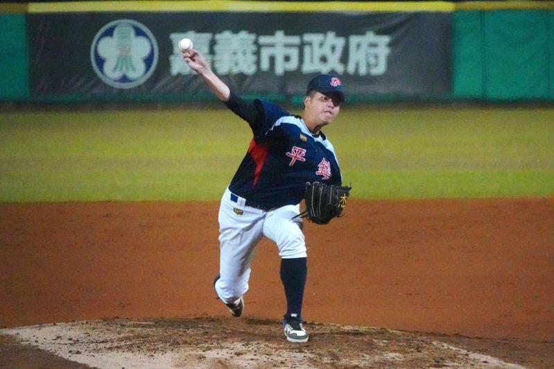 108學年度高中棒球聯賽木棒組冠軍戰,平鎮高中投手陳志杰先發7.1局失1分。記者蘇志畬/攝影