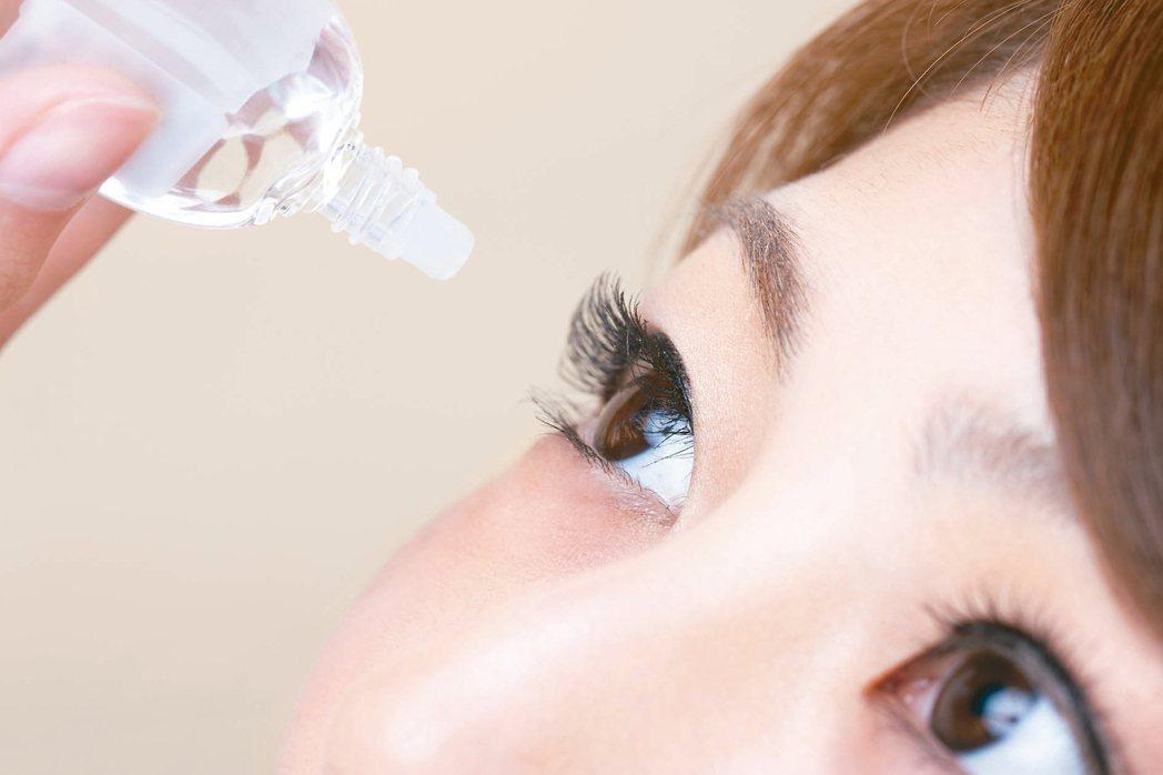青光眼的第一線治療是點眼藥水。 圖/123RF
