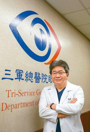 三軍總醫院眼科主任呂大文提醒,有青光眼家族史者需定期回診。 記者鄭超文/攝影