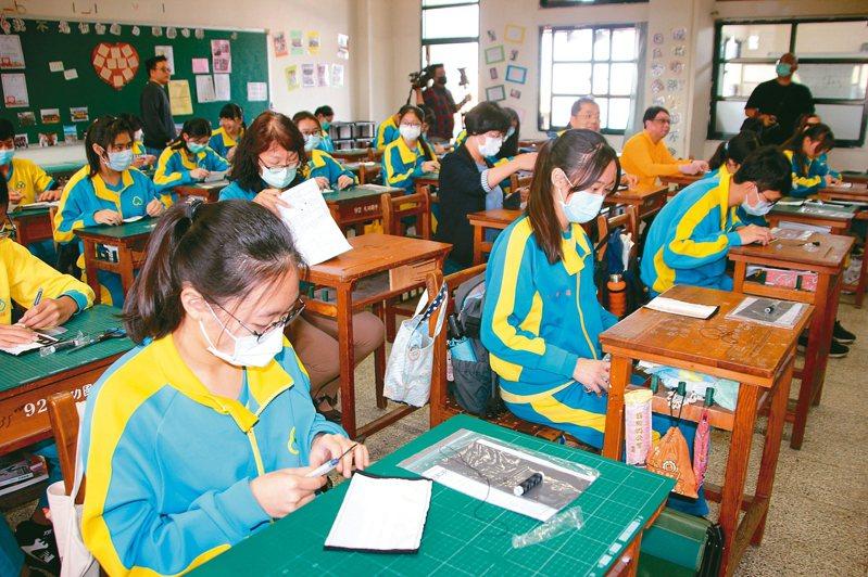 彰化縣長王惠美(第二排右三)要求全縣國中家政課要教做口罩套。 記者林宛諭/攝影