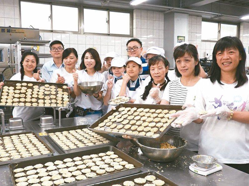 平鎮女青年會去年製作巧克力燕麥餅乾義賣,為清寒學子籌措課後輔導班經費。 記者高宇震/攝影