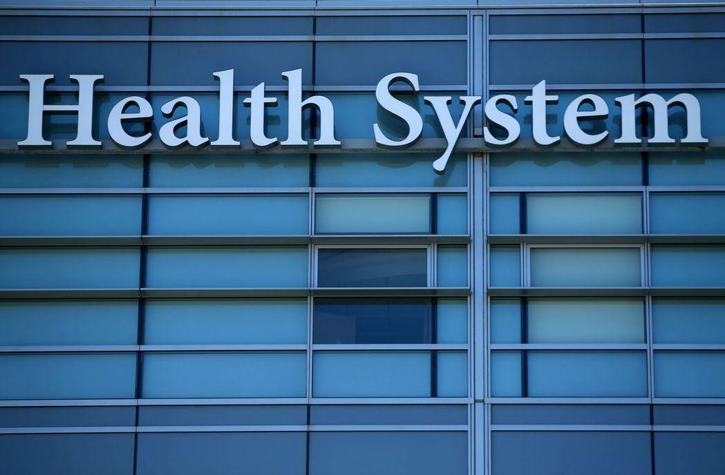 美國醫療費用昂貴且許多人沒有健保,專家擔心不利美國對抗新冠肺炎疫情。(路透)