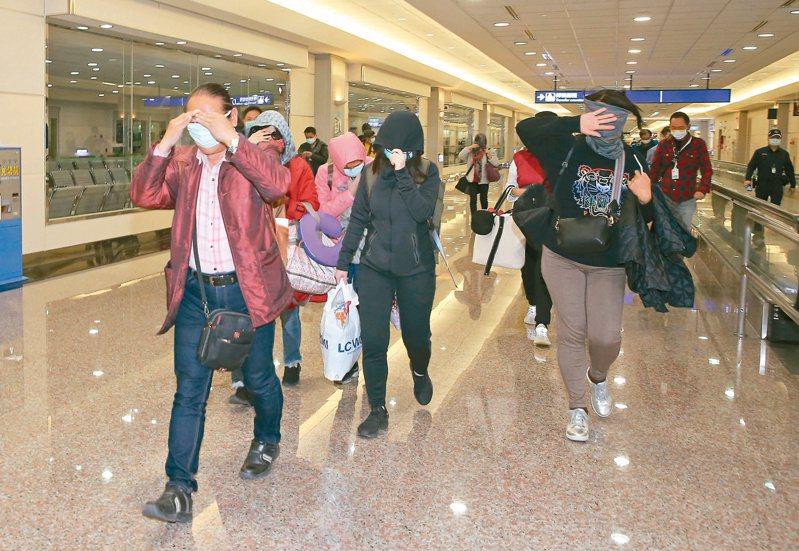 交通部自明天起,將以機場排班計程車、出賃車,提供居家檢疫者點對點交通服務,居家檢疫者自機場返家將不得再搭乘大眾運輸。圖/本報系資料照
