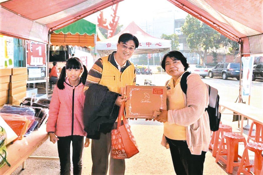 台灣人壽業務處經理黃琦梅(右一),愛好生命、熱心服務,經常參與公益活動。 黃琦梅...