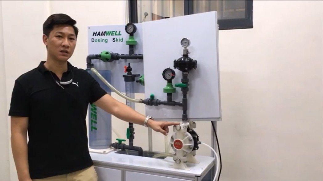 奔達實業董事長周明雄展示半吋膜片式緩衝器之系統應用。莊智強/攝影