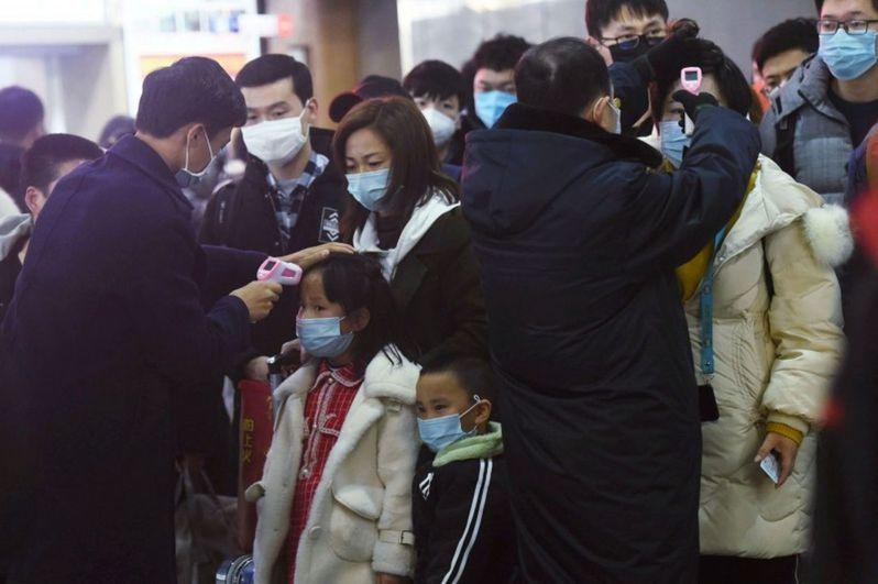 浙江民眾搭火車前接受體溫檢查。 路透