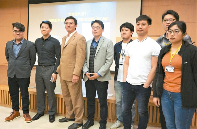 論文第一作者為王柏翔博士(左二),現任職於日本東京工業大學早期地球生命研究所。 記者羅真/攝影