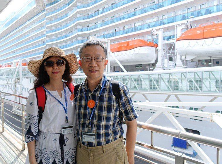 施昇輝與妻子坐郵輪旅遊。圖/施昇輝提供