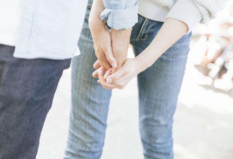 男女交往,年齡差距常成為討論話題。示意圖/Pakutaso