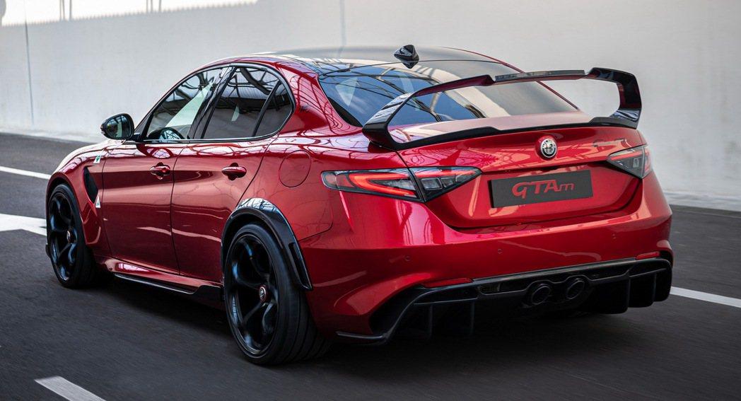 Alfa Romeo Giulia GTAm的大尾翼和中出排氣尾管相當狂妄。 摘...