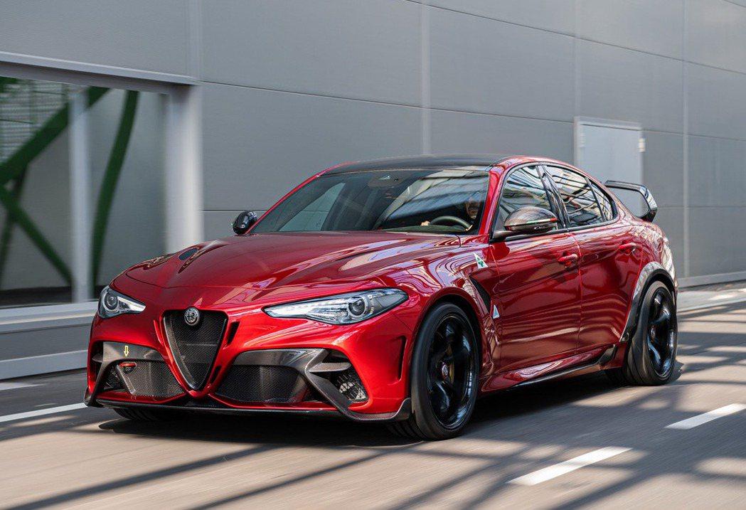 Alfa Romeo Giulia GTA/GTAm車體多處採用碳纖維材質。 摘...