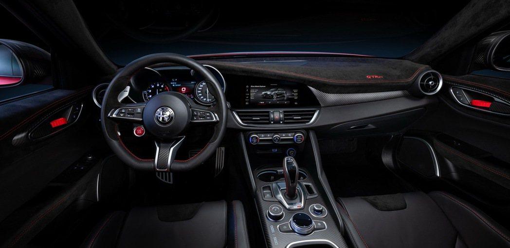 GTA/GTAm在車室內裝將車門、頂棚甚至是儀錶板中控台和座椅都使用了Alcan...