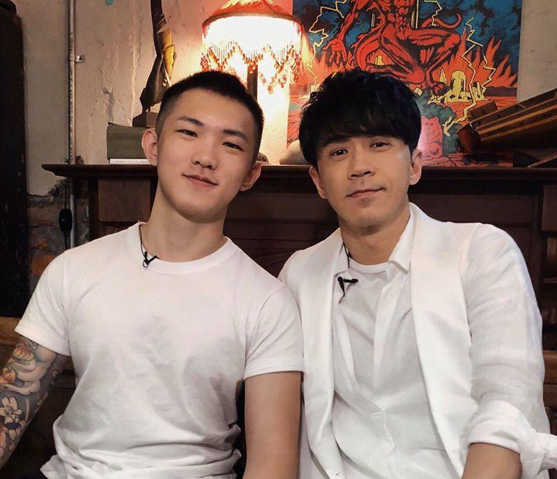 馬來西亞歌手光良(右)接受《一件襯衫》創辦人黃山料(左)的專訪。 圖/《一件襯衫》授權提供