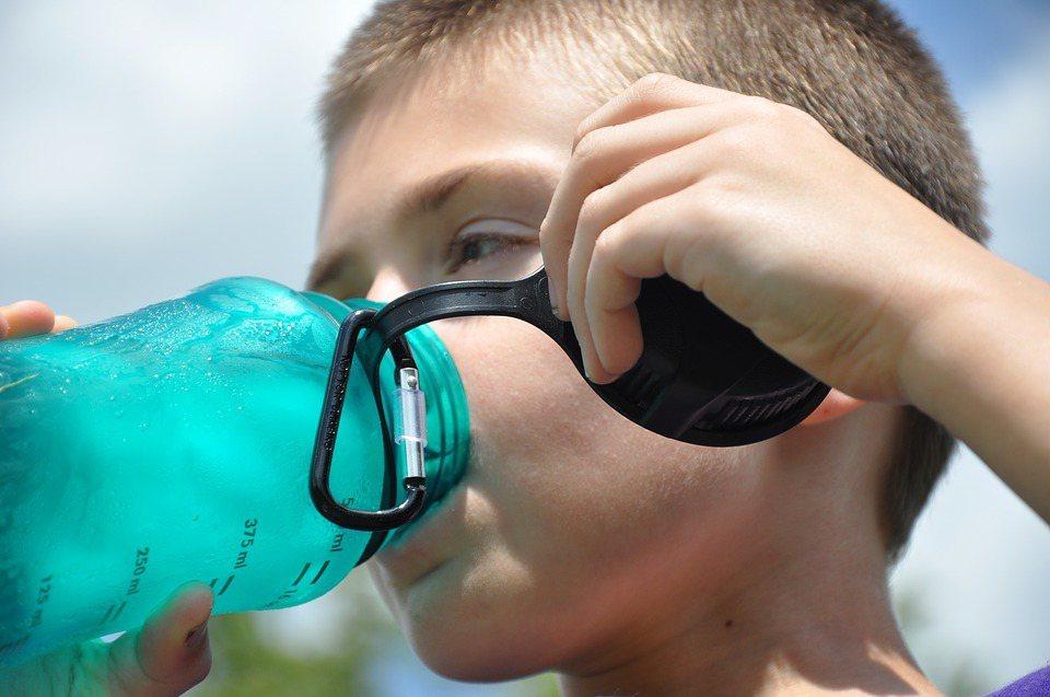多喝水能夠抑制食慾,更是加速身體的化學作用,增加身體新陳代謝率,對體內環保、預防...