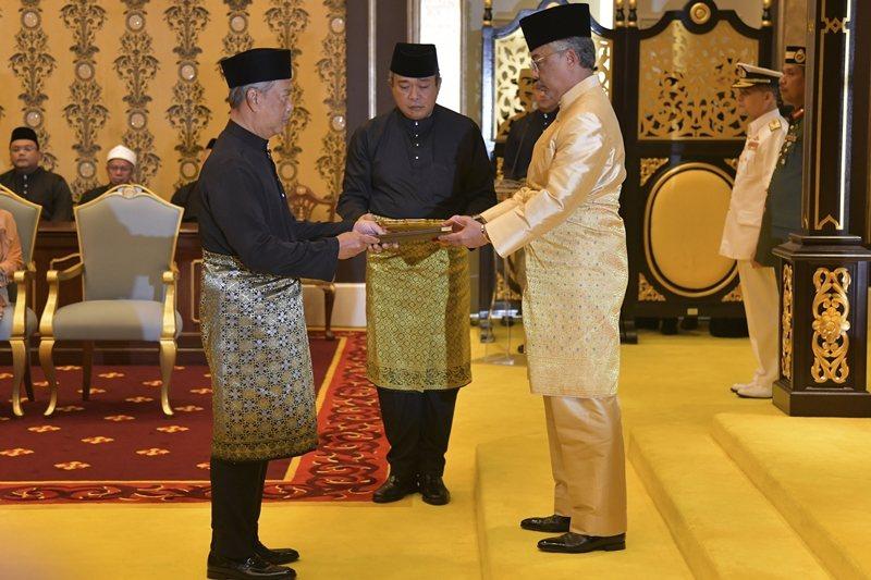 3月1日,馬來西亞第八任首相慕尤丁(左)宣布就職。 圖/美聯社