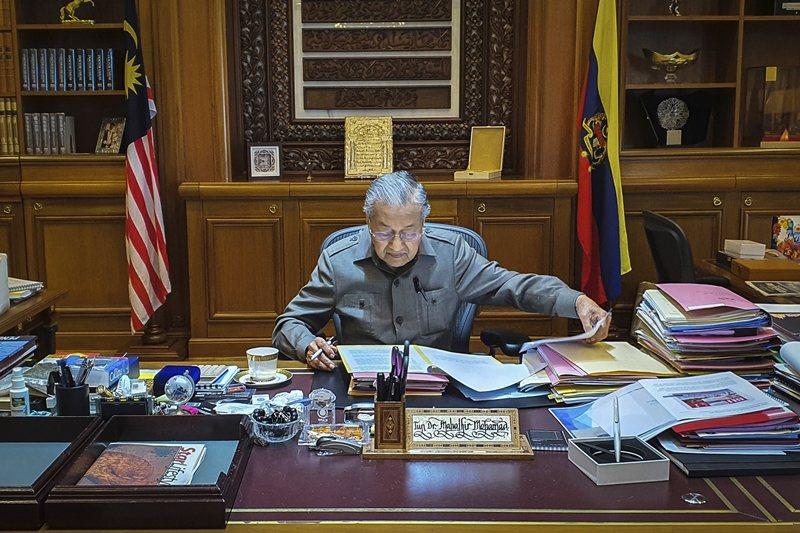 2月24日,時任馬來西亞首相的馬哈迪,正式向最高元首辭去首相一職。 圖/美聯社