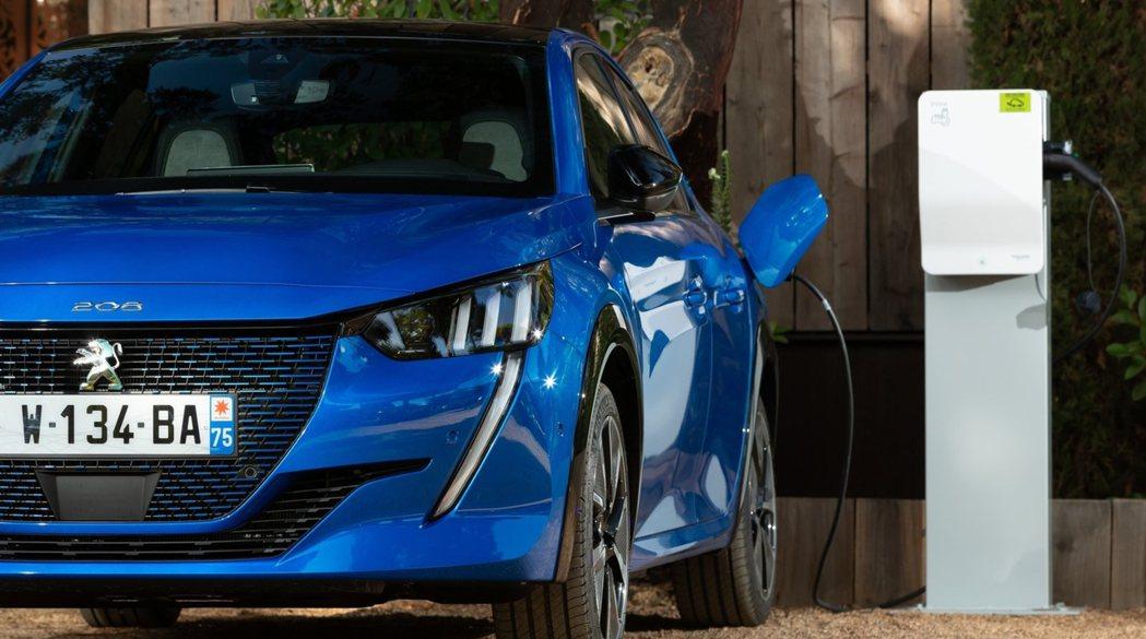 e-208不僅是Peugeot 208首度擁有的純電車型,更代表品牌第一款純電動...