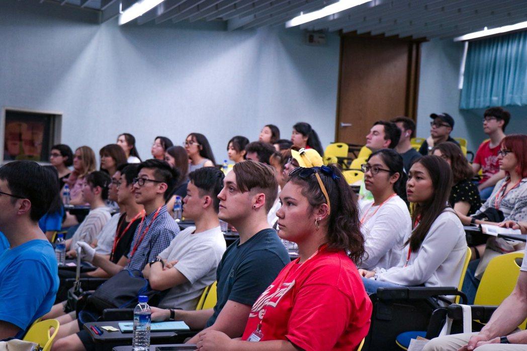 政大身為臺灣首屈一指的人文與社會科學指標大學,為推廣學生國際化,盼未來五到十年增...