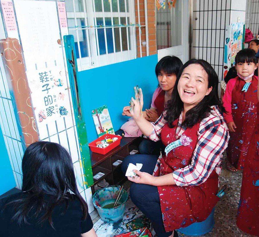 築夢個人類楷模獎薛惠玲,彩繪防撞條,讓校園變身繪本花園。 圖/信義房屋