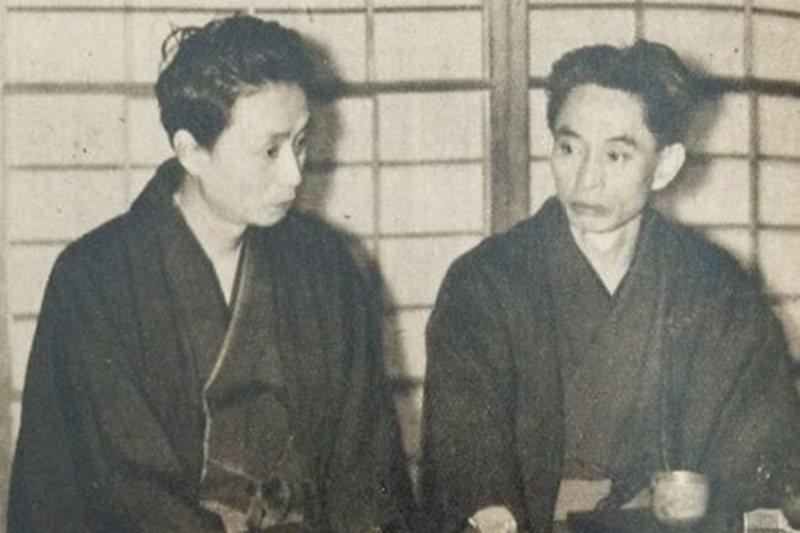 轉向文學另一代表作家高見順(左),右為川端康成,攝於1949年。 圖/維基共享