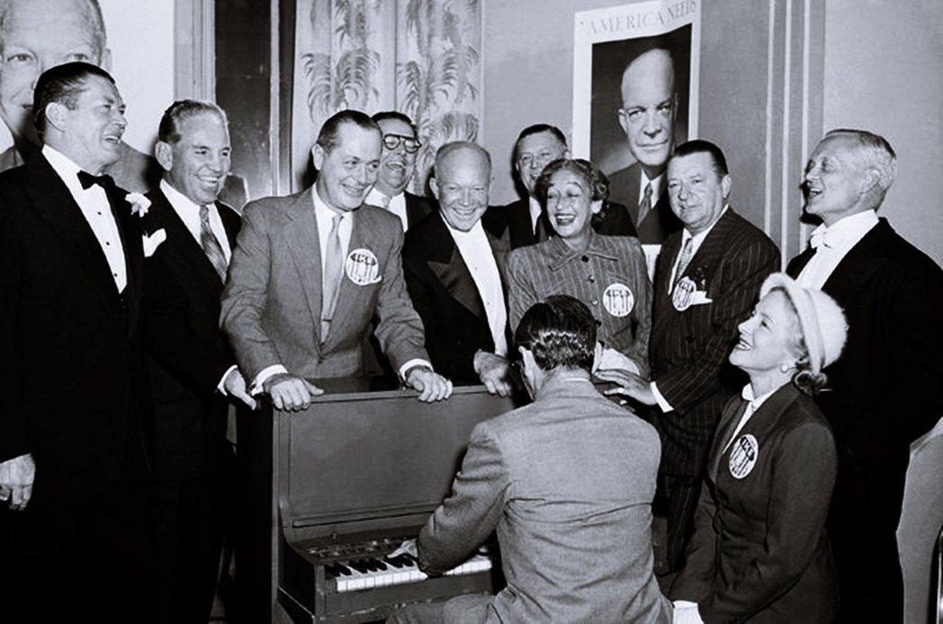 艾森豪成立了美國新聞總署(USIA),透過這個軟實力單位,準備收編好萊塢產業界的...
