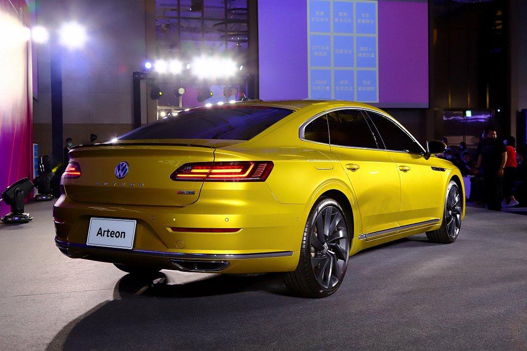 福斯Arteon四門轎跑車獨特的無窗框車門設計、搭配動態外型和鮮明的肌理線條,奠...