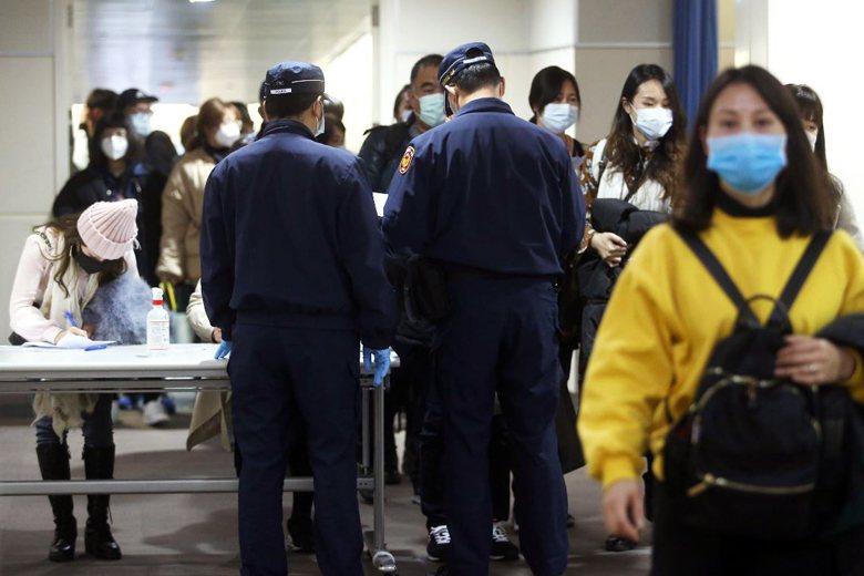 防疫措施「決戰境外」,累壞不少機場檢疫人員。 圖/聯合報系資料照