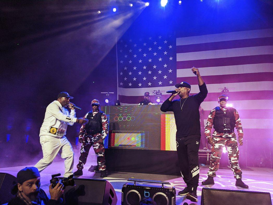 圖為桑德斯找來美國知名嘻哈團體「全民公敵組合」(Public Enemy)演出助...