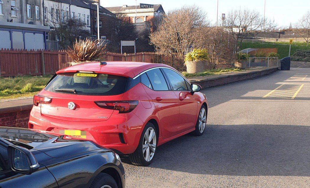 英國警方在戶外停車場發現一輛紅色轎車,駕駛竟是年僅11歲的男童/圖片截自推特@L...