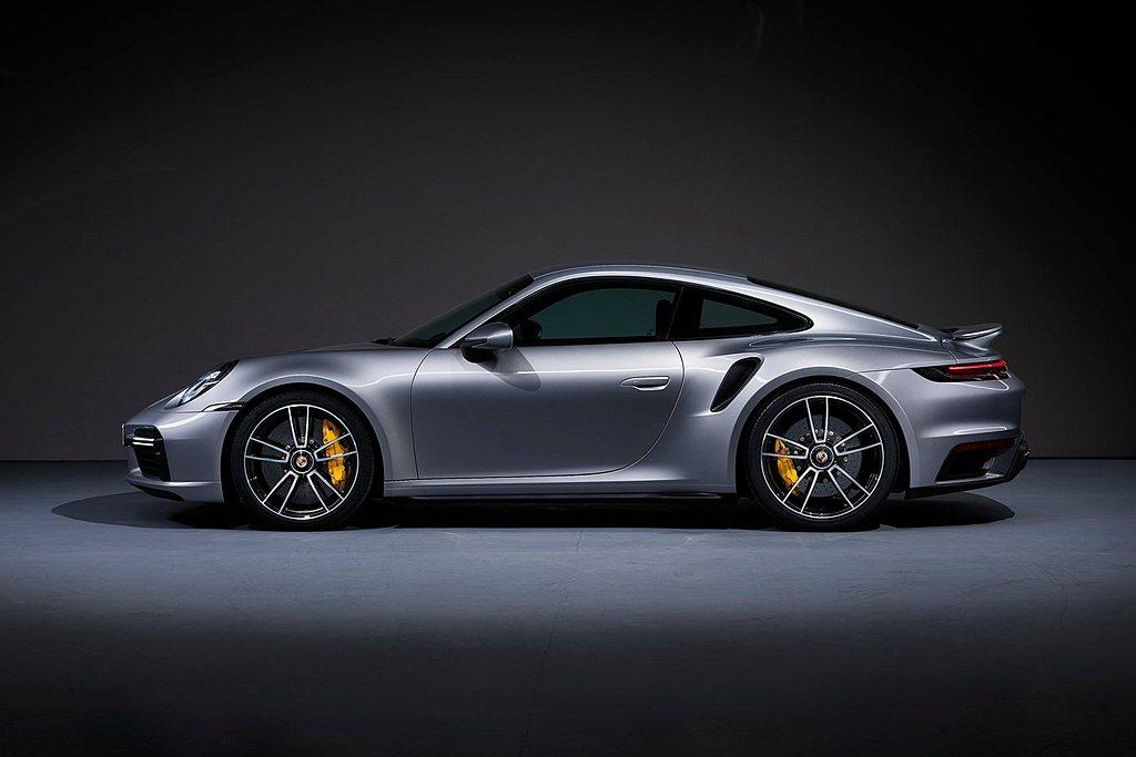 新世代保時捷911 Turbo S首次採用兩種不同尺寸的輪胎:前輪採20吋的25...