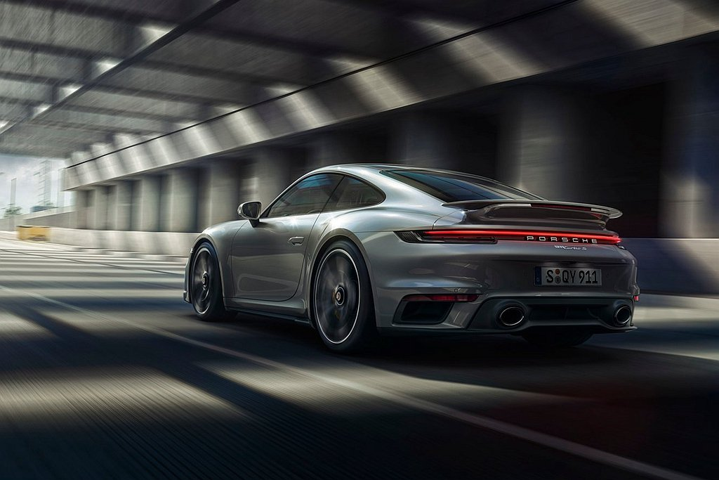 全新保時捷911 Turbo S的4組進氣口面積更大、進氣阻力更低,藉此提升引擎...