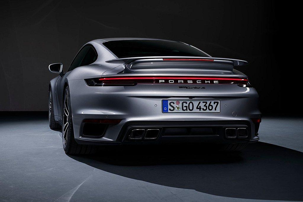 充滿肌肉線條的尾翼結合進氣口,勾勒911 Turbo S圓滑的車身曲線。車尾全新...