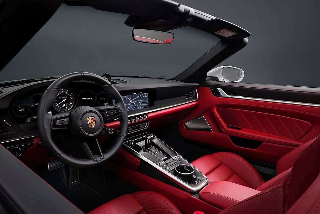 內裝標準配備全皮革包覆內裝、淺銀色碳纖維裝飾;十八向電動調整跑車座椅,儀錶板呈現...