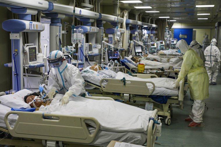 根據中國研究,8成新冠肺炎病患症狀輕微。圖為武漢治療新冠肺炎重症患者的一處加護病...