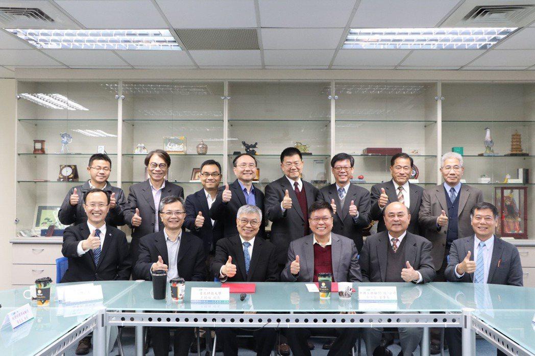 北科大校長王錫福(前排左三)、主秘蘇程裕(前排左二)、工程學院院長宋裕祺(前排左...