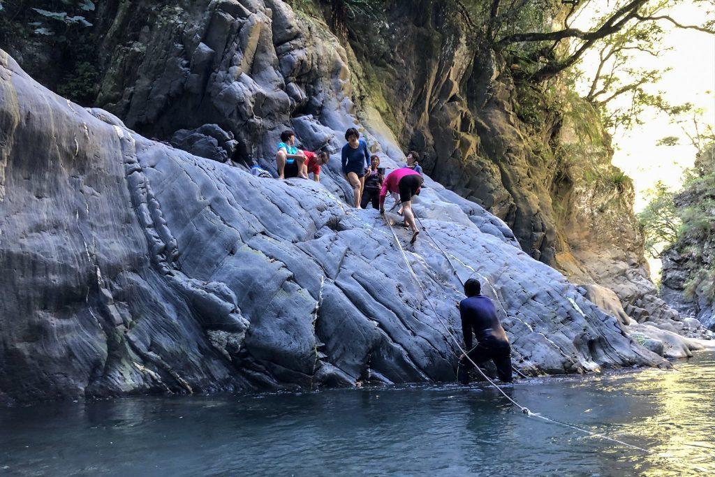 遇到拉繩下攀處,應安排隊伍中水性最好的人先行。 圖/作者自攝