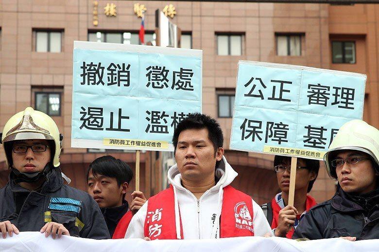 消防員徐國堯因3個月內被記42次申誡而遭高市府解雇,2015年由消防員工作權益促進會成員陪同,到考試院陳情。 圖/聯合報系資料照
