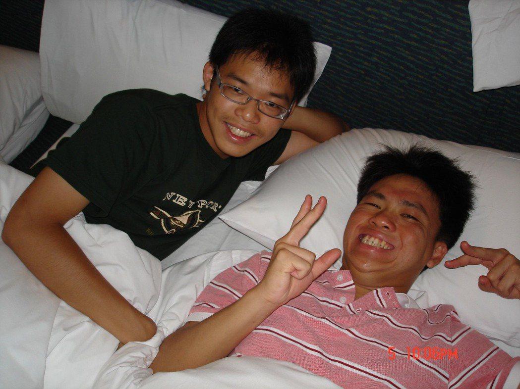 劉俊緯(左)在求學階段曾對哥哥(右)的存在感到自卑,但當哥哥遇到困難時仍會挺身而...