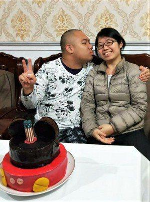 呂妙貞答應弟弟每年生日為他做不同造型的蛋糕,除了她之外,其他人想吃蛋糕,都要經過...