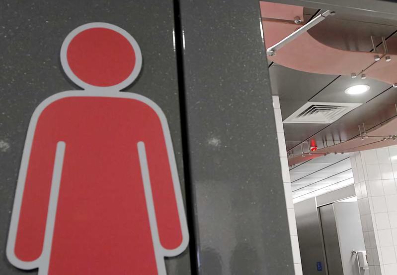 南投縣一名30歲女業務怕染疫不上公廁,忍8小時不換衛生棉,反造成細菌感染而陰道發炎,上呼吸道還沒被疫病感染,反倒「下面」先感染中招。圖/報系資料照