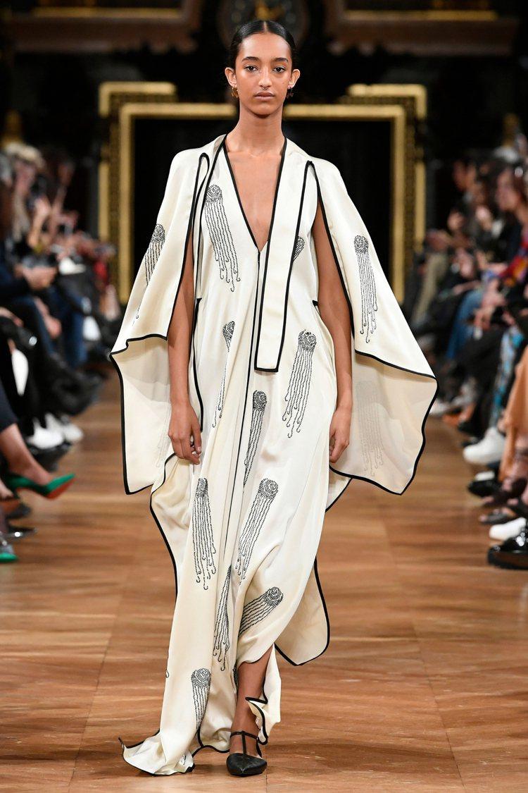 大量的綁帶隨模特兒走動搖曳。圖/Stella McCartney提供