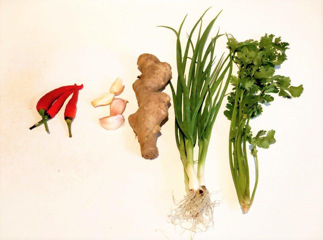 台東原住民常以香菜(右起)、蕗蕎、薑、蒜、辣椒拌醬油,當成防疫聖品食用。記者羅紹...
