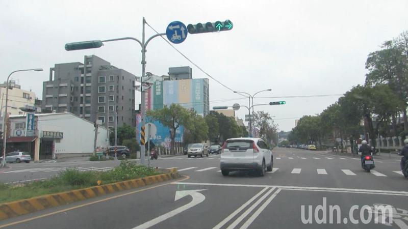 苗栗縣省道內側左轉專用道經常發生直行車誤入,引發交通違規陷阱之議。記者范榮達/攝影