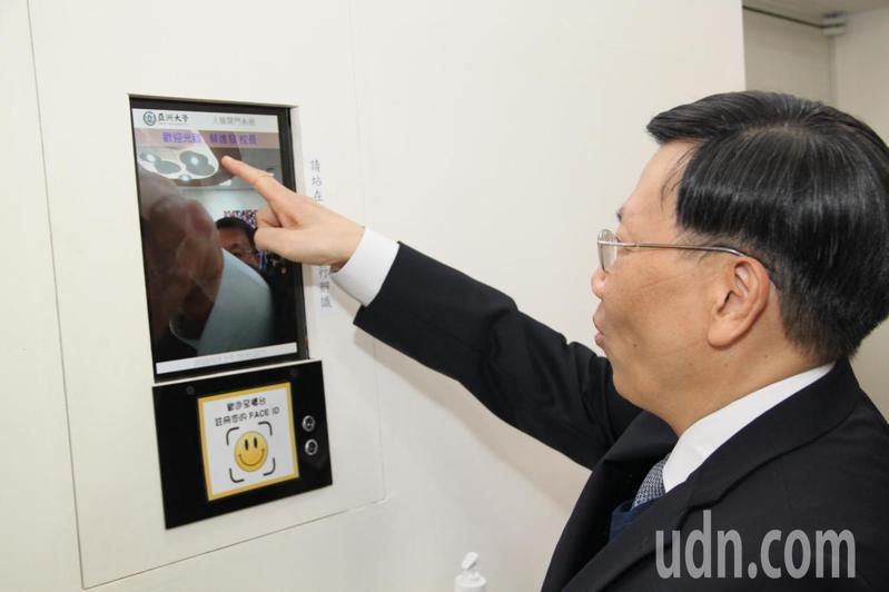 AI人工智慧產業是未來的趨勢,亞洲大學校長蔡進發親自展示人臉辨識運用。記者黃寅/攝影