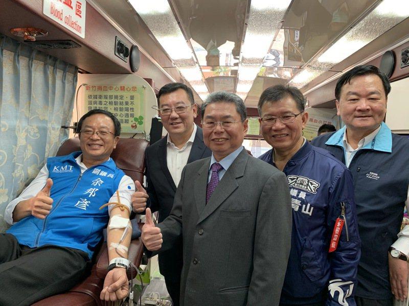 新竹市議會議長許修睿今號召多名議員、里長一起挽袖捐熱血。圖/新竹市議會提供