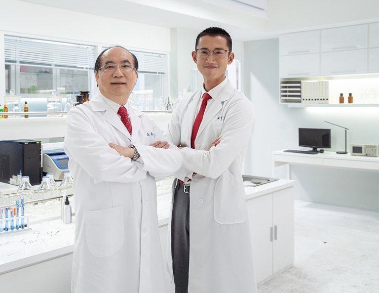 吳慷仁(右)與DR.WU創辦人吳英俊醫師相見歡。圖/DR.WU提供