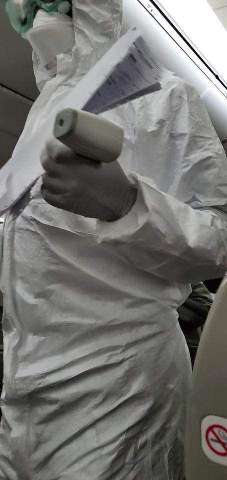 才下飛機,就遇上穿著全身防護衣的人來量體溫。圖/白心儀臉書