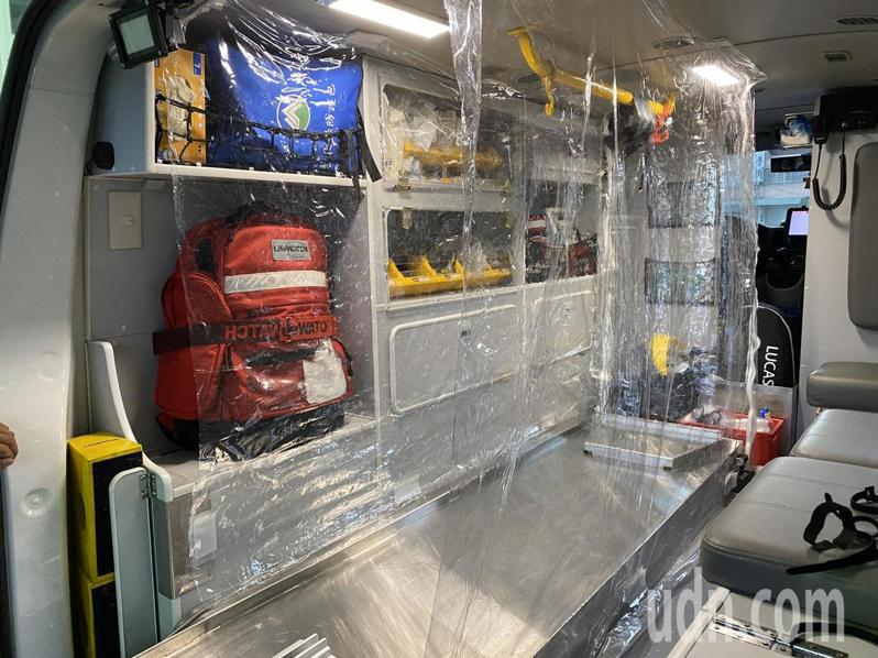 嘉義縣消防局朴子消防分隊隊員自助自救,用透明塑膠布等材料,完成防護人員裝備的簡易式隔離艙,經醫師認證有防護功能。記者魯永明/攝影