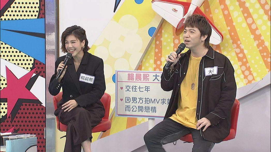 楊晨熙(左)和大飛一同錄中天「小明星大跟班」。圖/中天提供